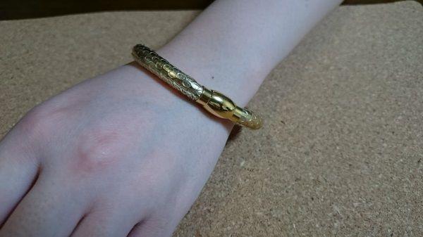 高評価の女性の腕にもよく似合う金運ブレス